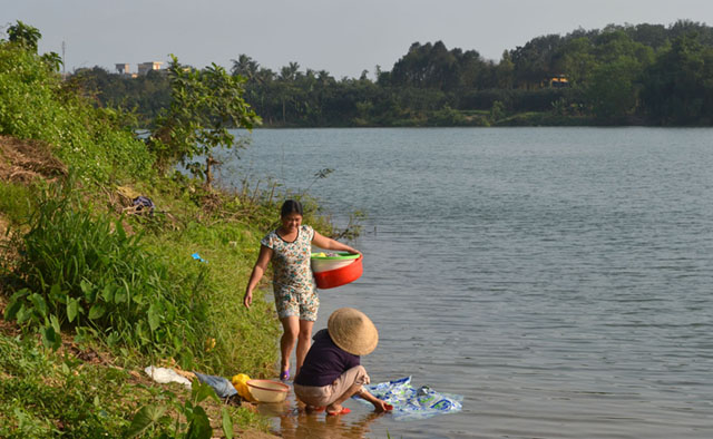 Hue women do their laundry at the Perfume River.